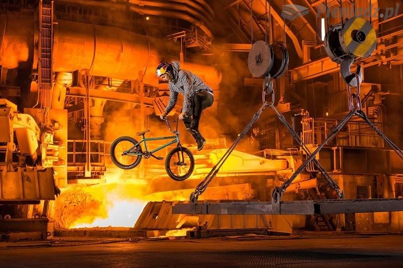 Vasya Lukyanenko daje popis w hucie żelaza
